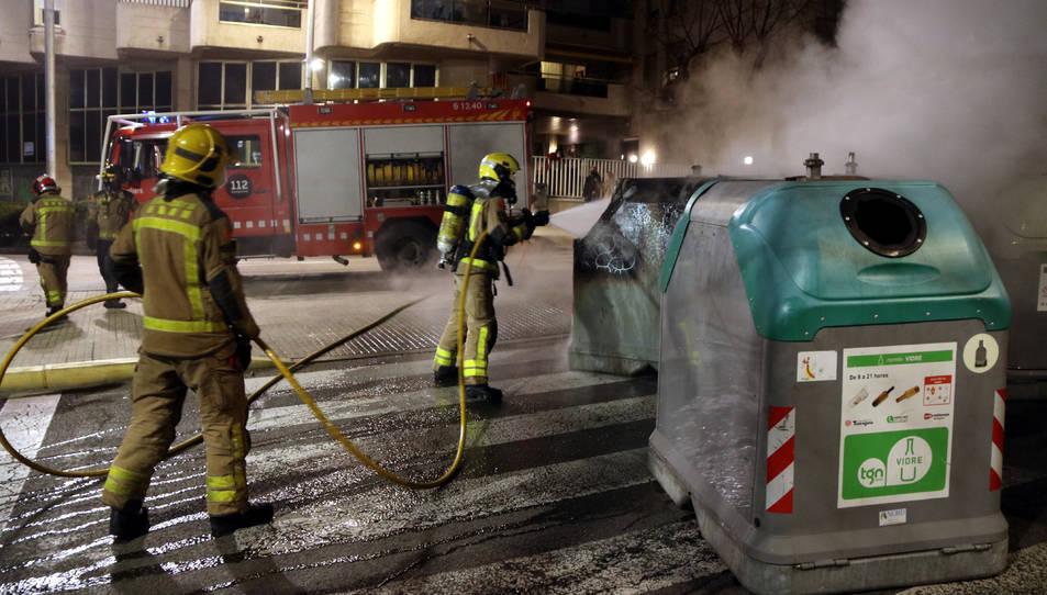 Una dotació dels Bombers apagant uns contenidors cremats a l'avinguda Catalunya de Tarragona.