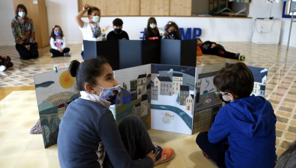 Un grup d'alumnes participant en un taller de poesia.
