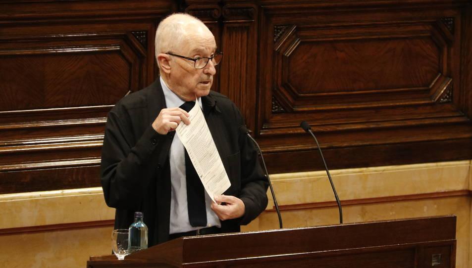 Pla mitjà del Síndic de Greuges, Rafel Ribó, ensenyant un document des de la tribuna de l'hemicicle del Parlament