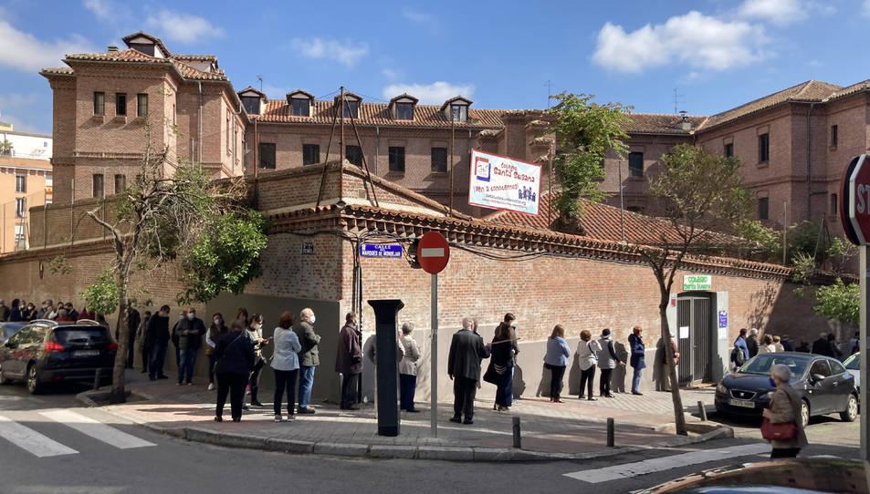 Cues de votants al col·legi Santa Susana de Madrid.