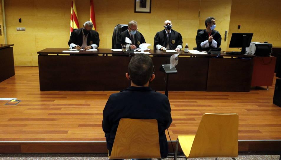 L'acusat d'abusar sexualment d'una menor a la Bisbal d'Empordà durant el judici.