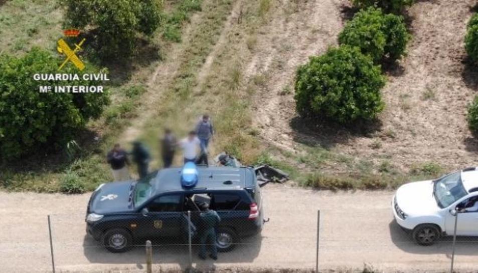 La Guàrdia Civil, en el moment de la detenció.