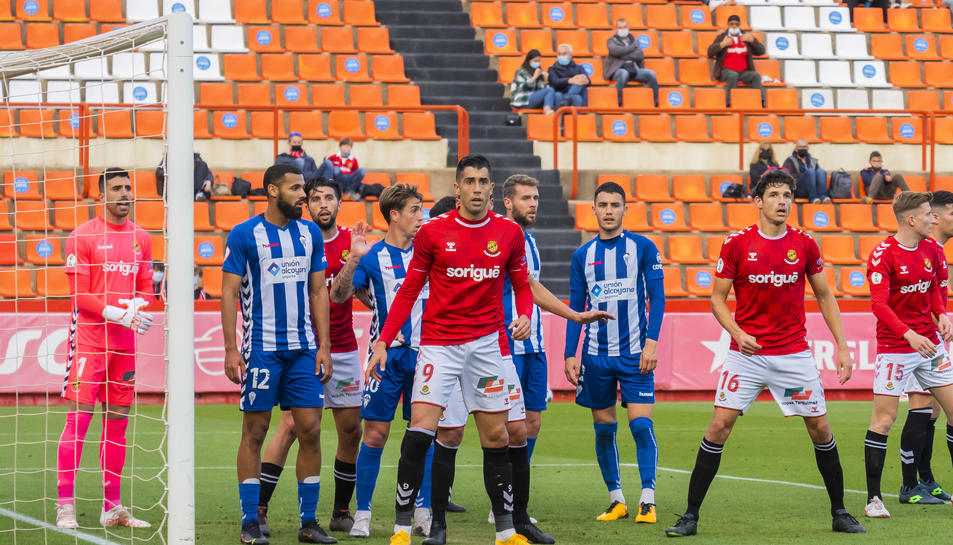 Gerard Oliva espera per intentar desviar un córner a favor de l'Alcoyano aquest diumenge (1-0).