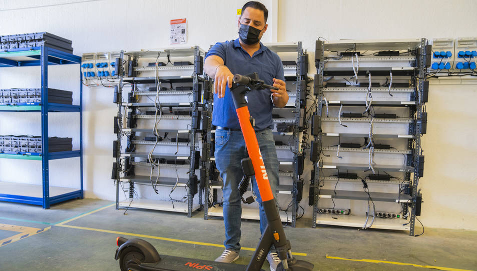 El cap dels operaris d'Spin mostrant els passos de revisió que constantment fan als vehicles.