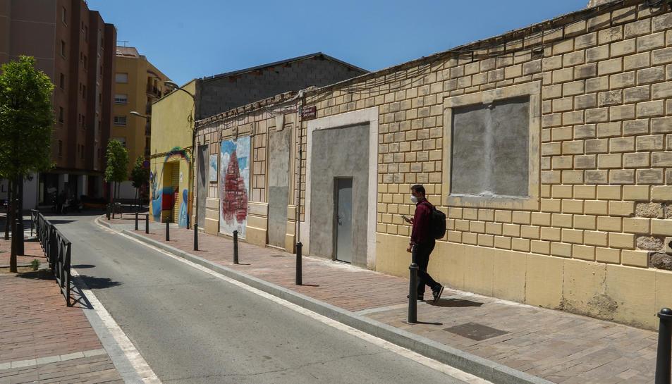 De l'edifici demolit al barri del Carme, ha quedat la façana.