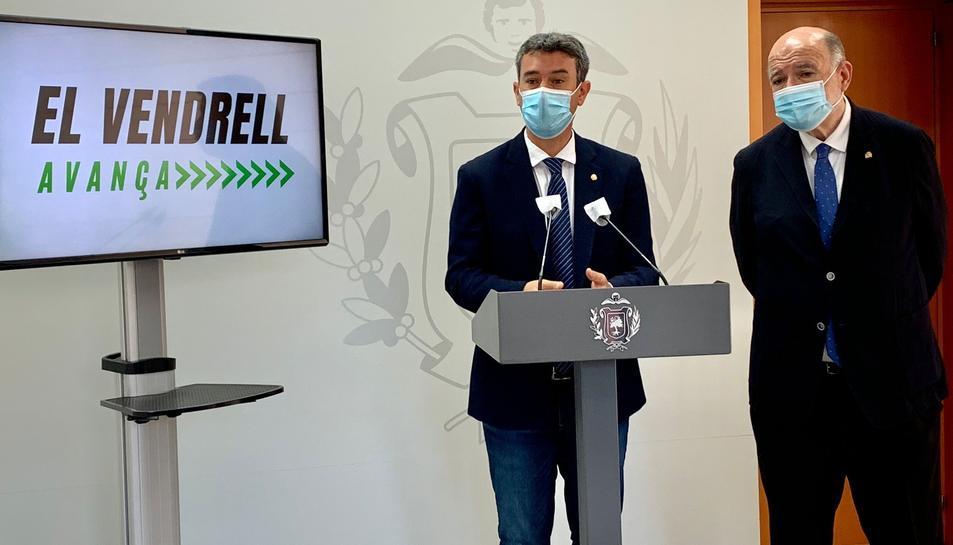 L'alcalde del Vendrell i el Subdelegat del Govern a Tarragona durant l'anunci de la oficina.