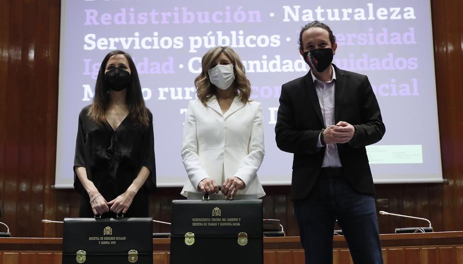 L'exvicepresident Pablo Iglesias amb la vicepresidenta tercera, Yolanda Díaz, i la ministra de Drets Socials, Ione Belarra, en el traspàs de carteres.