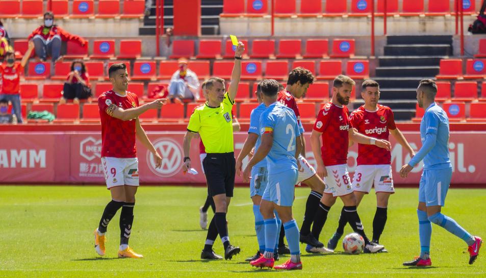 El col·legiat del Nàstic-Ibiza mostra una targeta durant el partit d'anada al Nou Estadi, que va acabar amb triomf visitant (0-1).