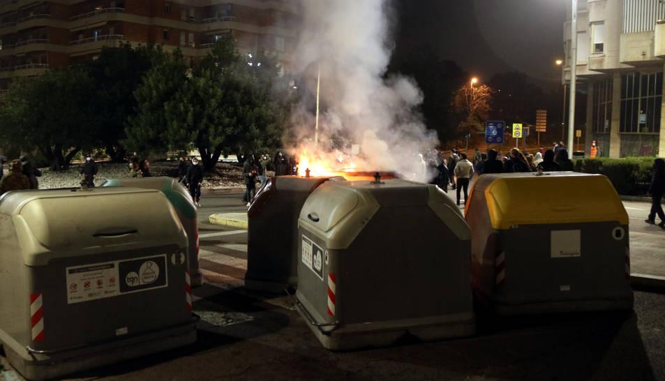 Alguns contenidors cremant durant les protestes per Hasél que van tenir lloc el passat febrer.