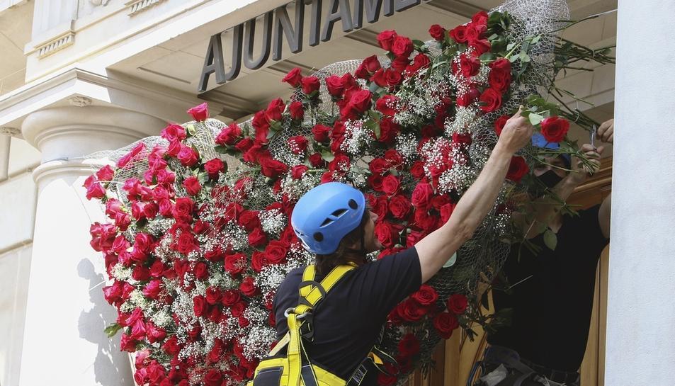 Roses naturals decoren les façanes de Reus