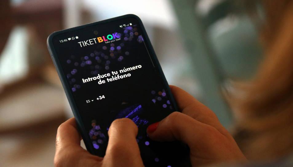 Una usuària de Tiketblok accedint a l'aplicació mòbil.