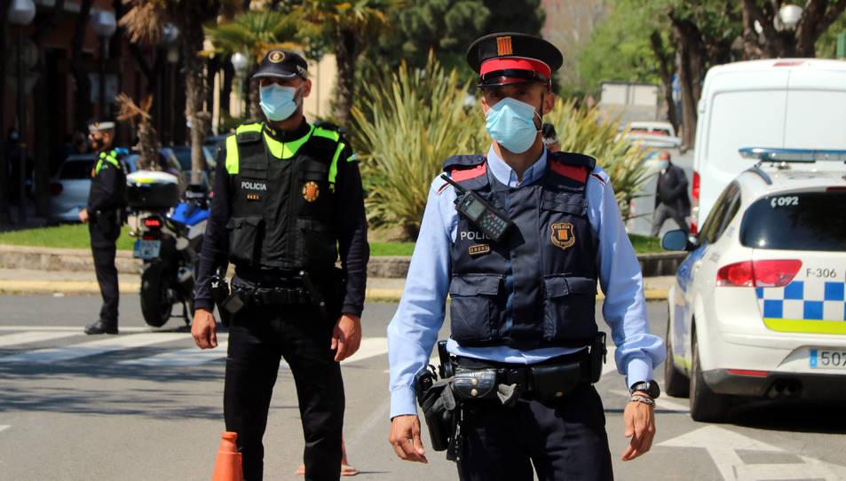Dos agents de Mossos i Guàrdia Urbana de Tarragona al barri de la Granja en el marc del nou pla integral de seguretat.