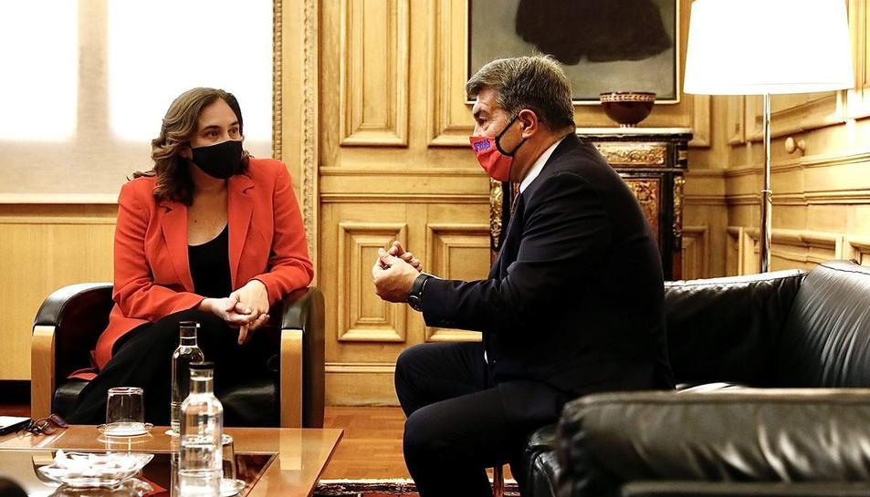 L'alcaldessa de Barcelona, Ada Colau, i el president del FC Barcelona, Joan Laporta, reunits.