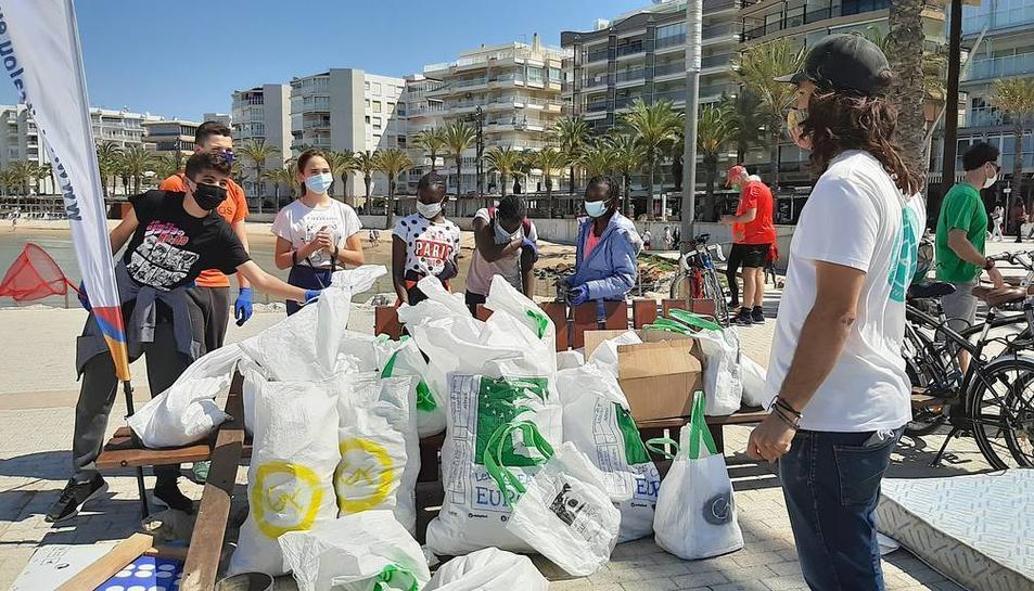 Bosses de residus recopilades pels voluntaris.