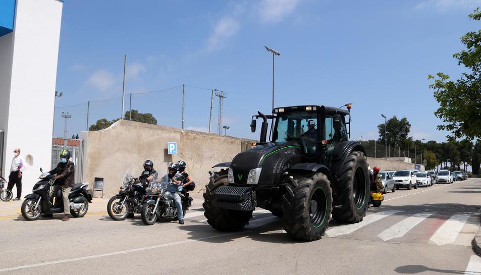 Els vehicles al començament de la marxa lenta a la Ràpita per denunciar el retard de la tramitació del projecte executiu per millorar la carretera de Poble Nou del Delta.