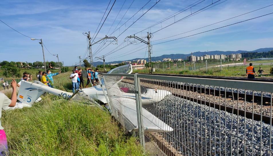 L'avioneta monomotor estavellada a les vies de tren de Rodalies properes a l'aeroport de Sabadell