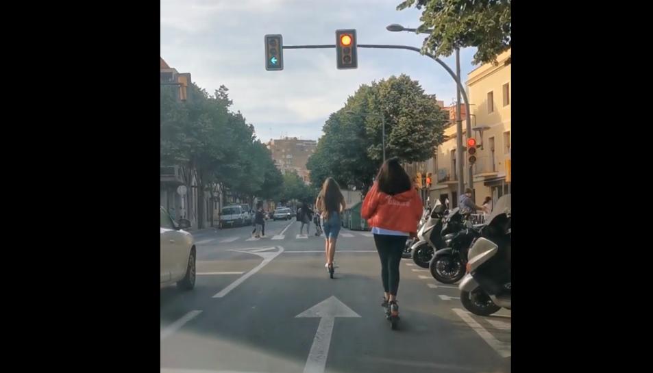 Captura del vídeo on es veu a les dues noies cometent la infracció.