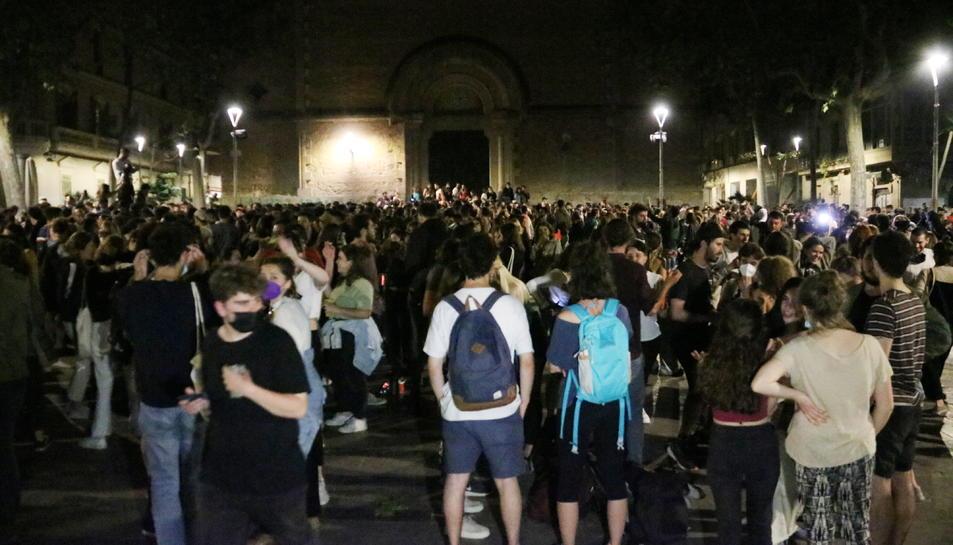 Centenars de joves celebran la caiguda del toc de queda a la plaça de la Virreina de Barcelona.