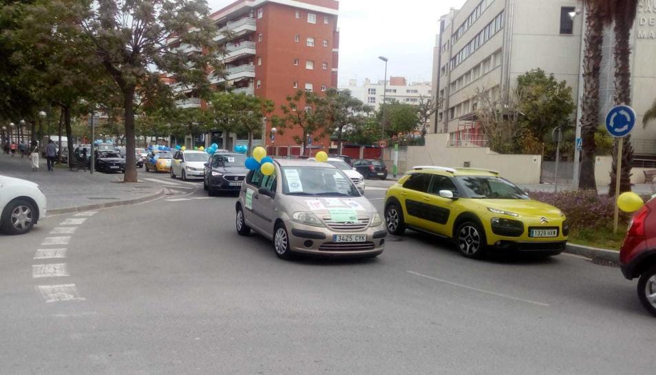 Imatge de la protesta d'aquest diumenge en forma de caravana de cotxes al seu pas pel carrer Vidal i Barraquer.