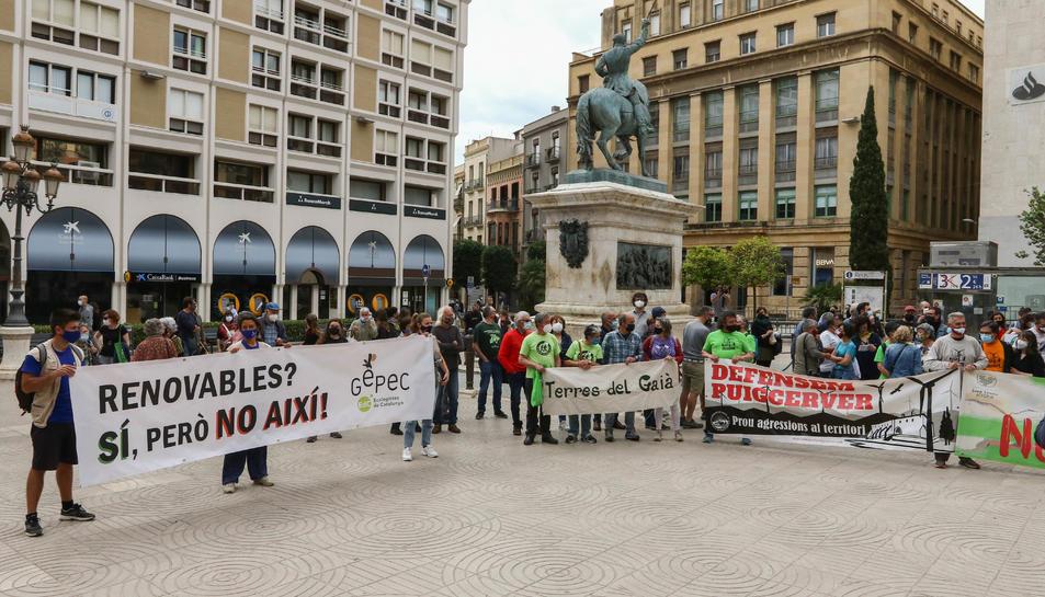Manifestants amb pancartes reivindicatives durant la protesta feta a la plaça Prim de Reus.