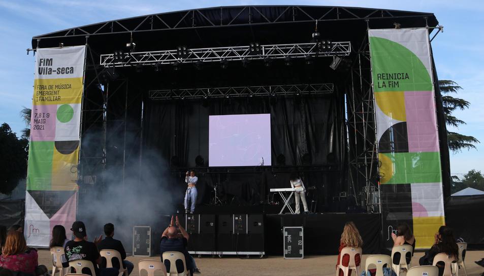 L'artista Ariana Becasis actuant a la FiM durant la 17a edició del certamen de música emergent i familiar de Vila-seca.