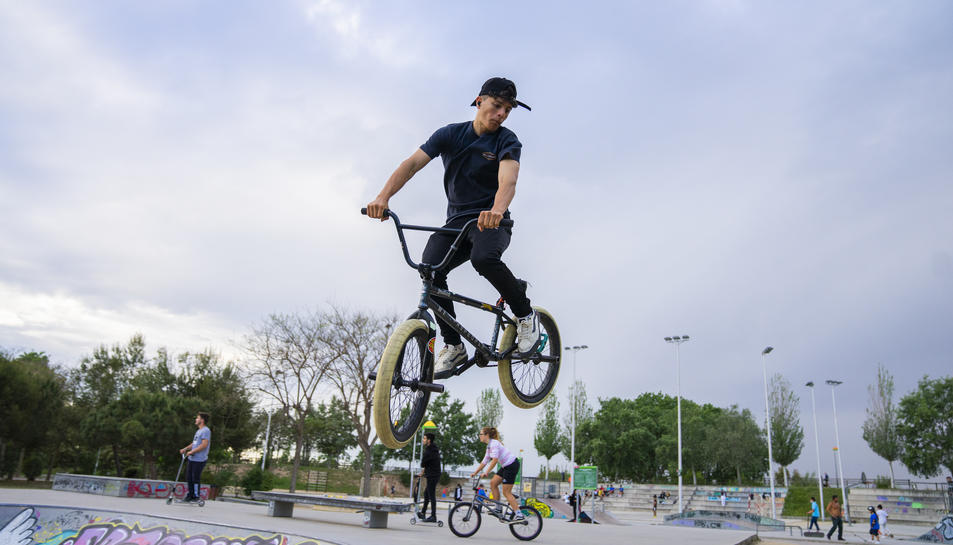 Una de les propostes de l'entitat veïnal és apagar la il·luminació de l'skatepark a les 23 o 00 hores.