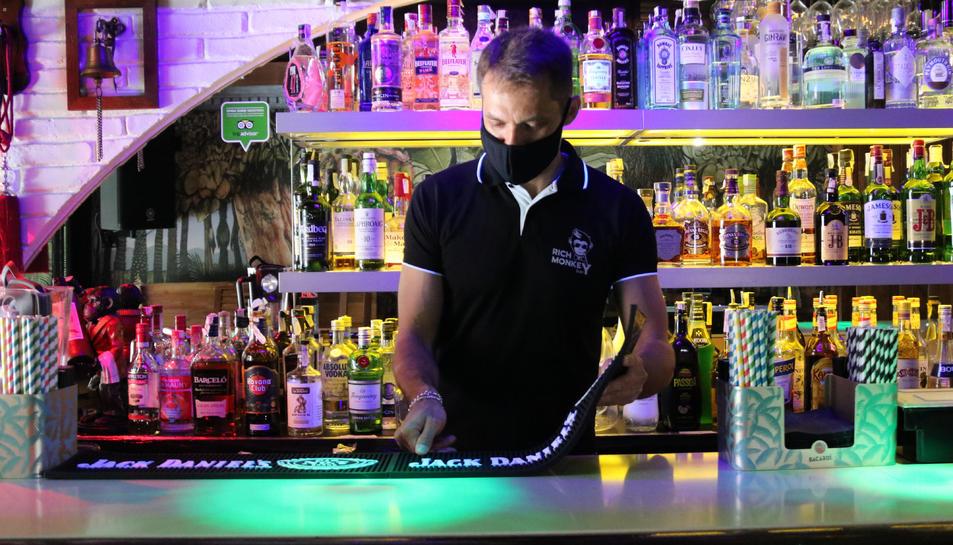 Pla mitjà d'un treballador d'un bar musical de Sitges.