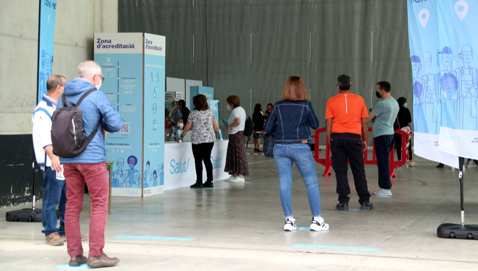 Ciutadans fent cua per entrar a vacunar-se al nou punt de vaccinació poblacional del pavelló firal de Tortosa.