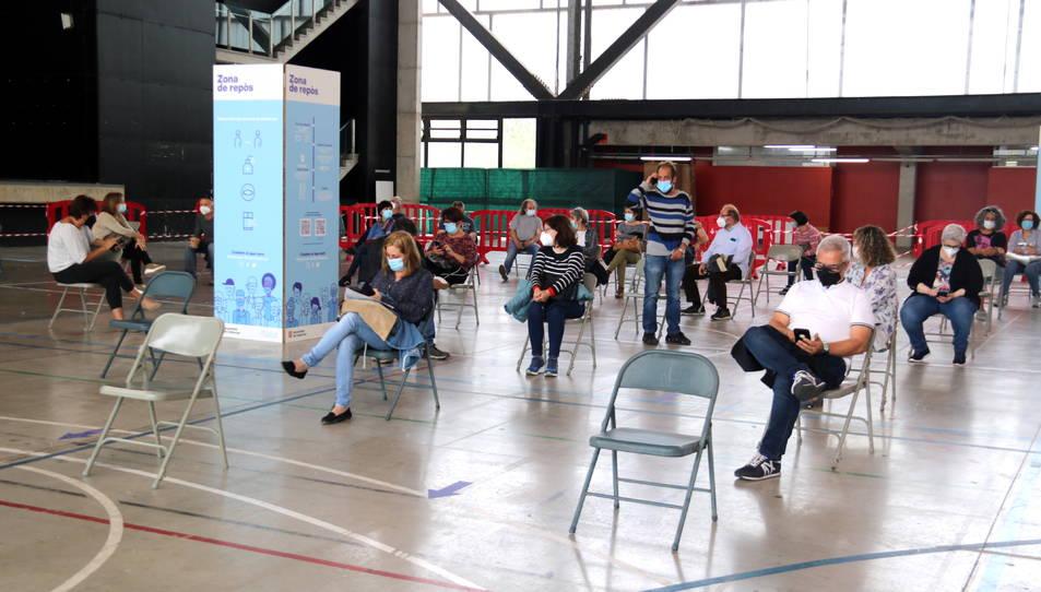 Ciutadans vacunats esperant a la zona de repòs habilitada al pavelló firal de Tortosa.