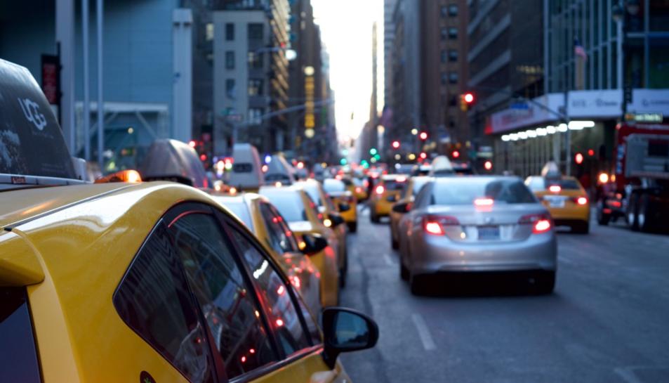 Cotxes circulant per ciutat.