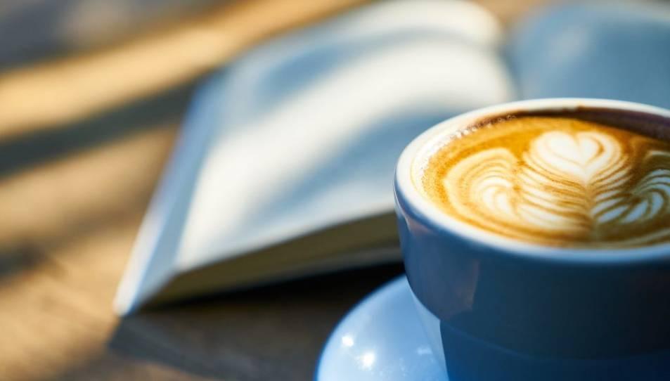 Els investigadors aconsellen reduir o reemplaçar el consum de cafè amb cafeïna per cafè descafeïnat.