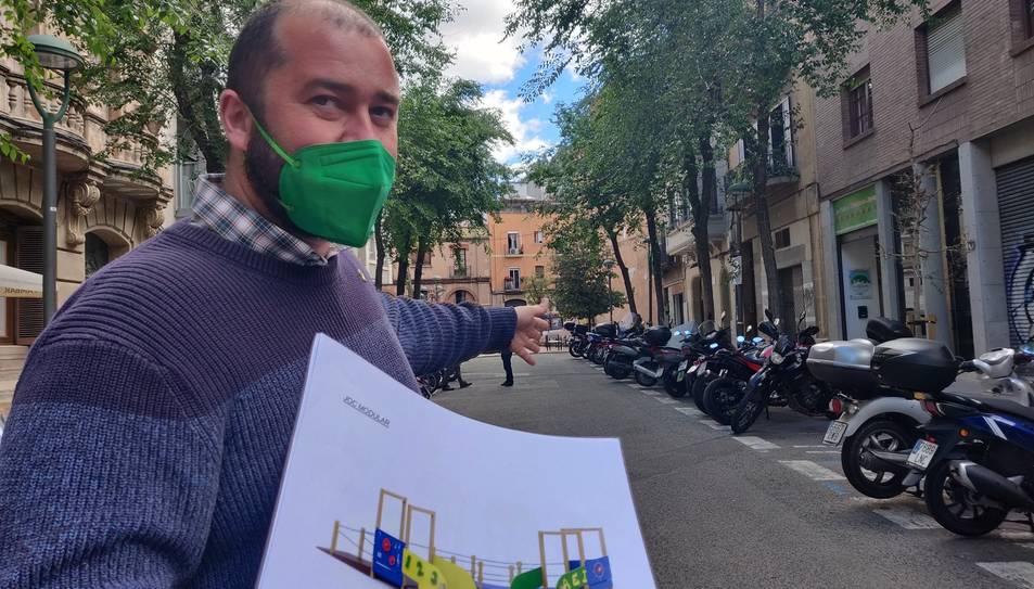 El conseller d'Espais Públics, Xavier Puig, mostrant el projecte.