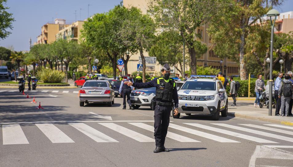 Un agent de la Guàrdia Urbana durant un dels primers controls del Pla Integral de Seguretat.