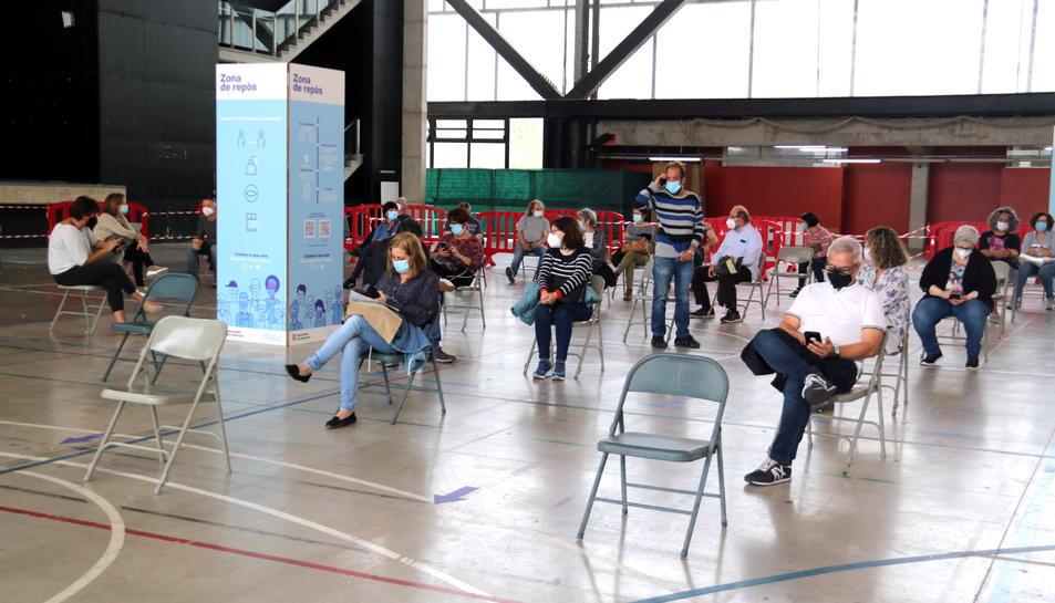 Pla general dels ciutadans vacunats esperant a e la zona de repòs habilitada al pavelló firal de Tortosa.