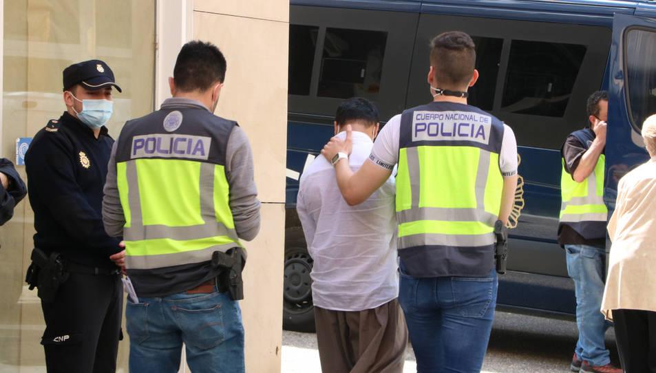 La policia s'endú un detingut d'una botiga de telefonia del carrer de la Rutlla de Girona.