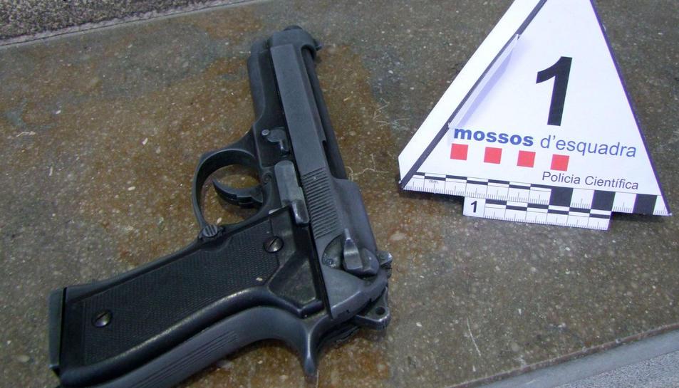 L'arma de foc intervinguda al detingut per vuit robatoris violents al Baix Penedès, que usava per intimidar les víctimes.