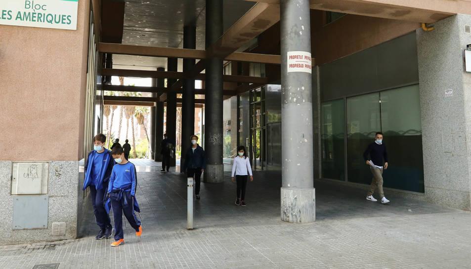 El passadís que connecta dos dels principals espais del barri causa problemes als veïns de les dues escales i a una perruqueria.