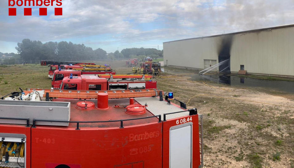 Els Bombers treballant en l'incendi.