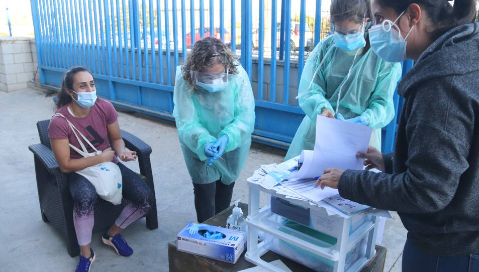Les tres infermeres de Freecov abans de fer un test d'antígens.