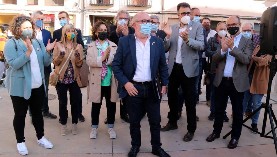 L'alcalde Roquetes, Paco Gas, acompanyat d'alcaldes i dirigents d'ERC abans d'entrar als jutjats de Tortosa