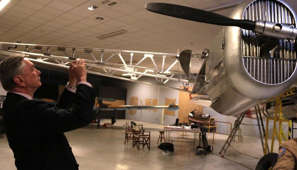 L'ambaixador rus, Yuri Korchagin, fotografia la reconstrucció del Tupòlev SB-2.