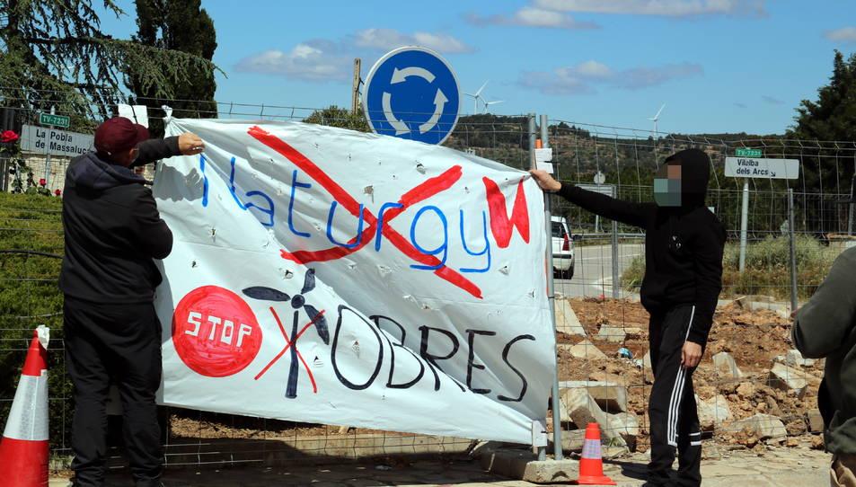 Pancarta que s'ha penjat a la tanca de les obres de Naturgy a la rotonda de Gandesa que es modifica per fer passar grans aerogeneradors.