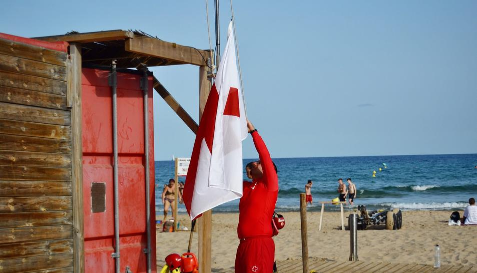 El personal de Creu Roja içant la bandera