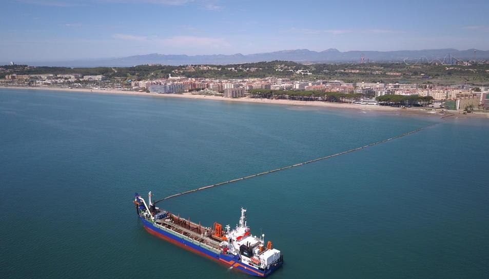Imatge dels treballs que ja han començat a la platja de la Pineda.