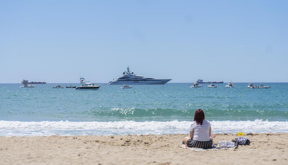 Una quarantena d'embarcacions es va manifestar ahir a Tarragona, davant la platja del Miracle.