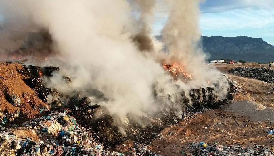 L'incendi està previst que continui en actiu durant aquest diumenge.