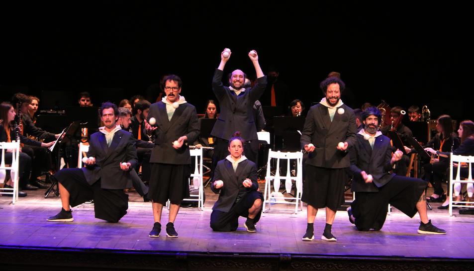 Els artistes de la companyia Psitacatro actuant en l'espectacle Orquesta Malabares al Teatre Fortuny de Reus, en l'últim dia de la 25a edició del Trapezi.
