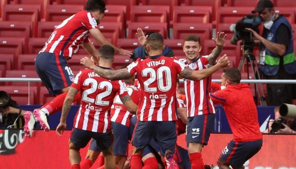 Jugadors del Atlético de Madrid celebrant el gol de Suérez que els donava la victòria aquest diumenge.