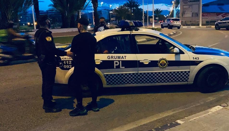 Imatge d'arxiu d'un vehicle i agents de la policia local d'Elx.