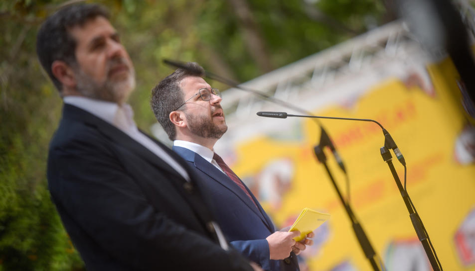El secretari general de JxCat, Jordi Sànchez, amb el vicepresident de la Generalitat amb funcions de president, Pere Aragonès,